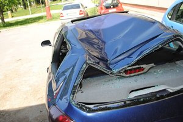 Zdemolované auto. Dopadol naň muž, ktorý si siahol na život.