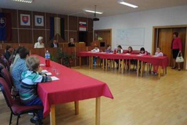 Mestské detské zastupiteľstvo. Žiaci na ňom prijali niekoľko uznesení.