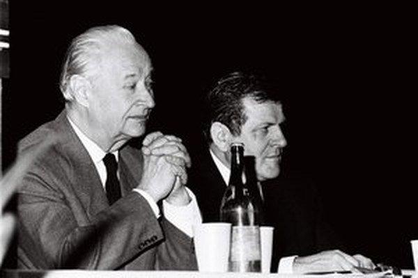 Alexander Dubček na archívnej snímke z roku 1991 po boku Vladimíra Mečiara.