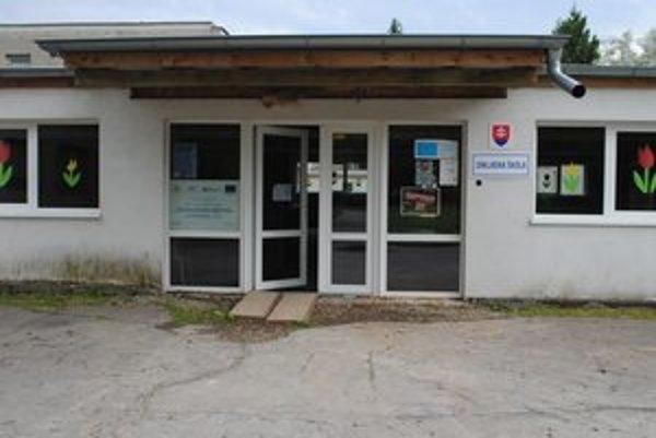 ZŠ Matica slovenská. Potrebujú dokončiť chodby, osadiť dlažbu aj svietidlá.