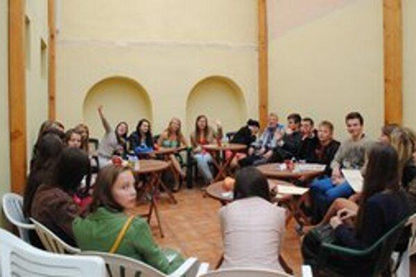 Stredoškoláci dostali vysvedčenia, diskutovali o plánoch na leto.