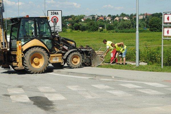 Oprava cesty. Vodiči sa musia obrniť značnou dávkou trpezlivosti.