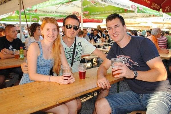 Ochutnávali netradičné pivá. Daniela Hurajová, Peter Zajac (uprostred) a ich kamarát Jakub.