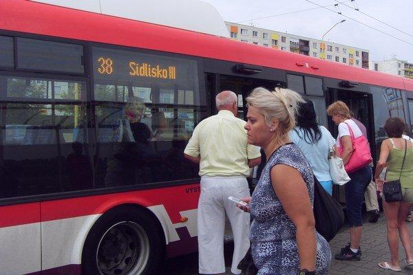 Cestujúci. Komfortne sa môžu odviezť len v štyroch klimatizovaných autobusoch.