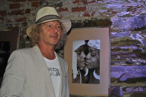 Peter Nagy so svojimi obrazmi. Na černoškách ho fascinuje inakosť.