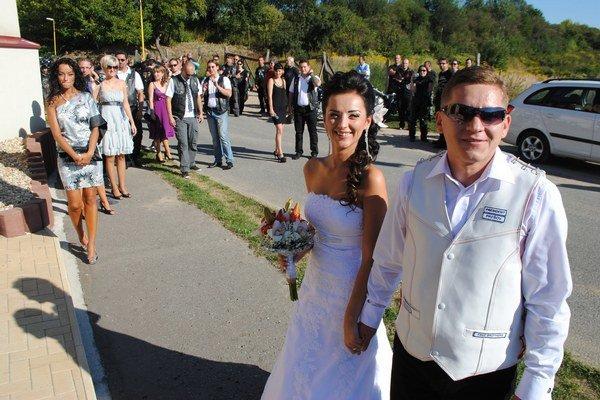 Gabika a Cibo. Mladomanželia pri kostole v Haniske.