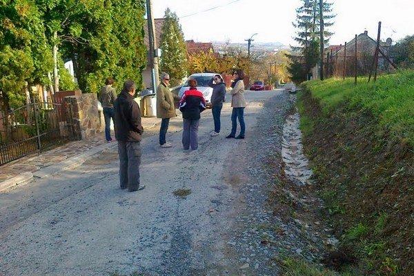 Obyvatelia ulice sú presvedčení, že kanalizácia bola poškodená. Chcú, aby sa problém riešil.