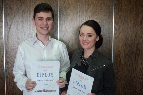 Víťazi krajského kola v moderovaní. Michal Hajtol a Karolína Prokopová budú reprezentovať Prešovský kraj na celoštátnom kole.