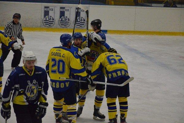 Radosť. Prešovskí hokejisti naposledy vyhrali.
