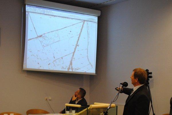 Mapa areálu. Mestský architekt V. Ligus ukazuje na predmetné pozemky.