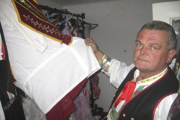 Vedúci Folklórneho súboru Sedličan František Joščák ukazuje, aké kroje používa ich mládežnícka základňa.