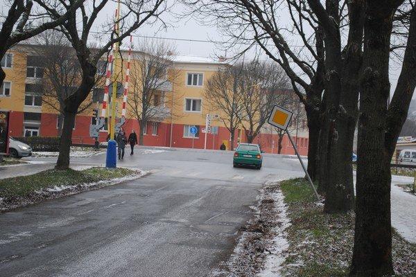 Značka hlavnej cesty zasahuje priamo do cesty.