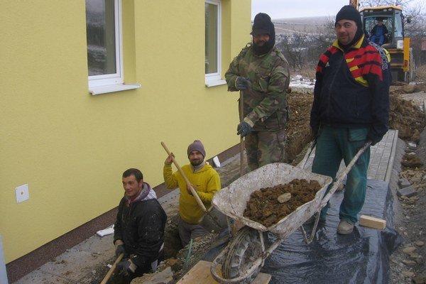 V obci Hermanovce finišuje výstavba bytovky s nájomnými bytmi. Tesne pred Vianocami prebieha pripojenie objektu na elektrickú sieť. Na snímke sú zamestnanci stavebnej firmy pri výkopových prácach.