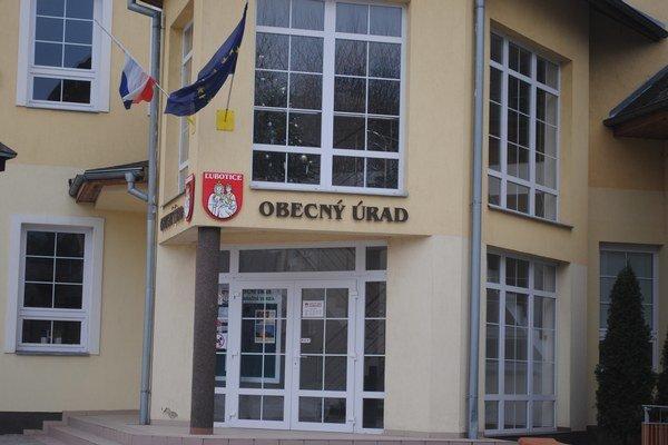 Obecný úrad v Ľuboticiach. Obec chce investovať do rozvoja, štát je plánuje odpustiť polovicu pôžičky.