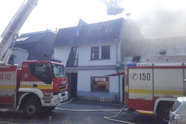 Hasiči bojujú s plameňmi v centre Prešova.