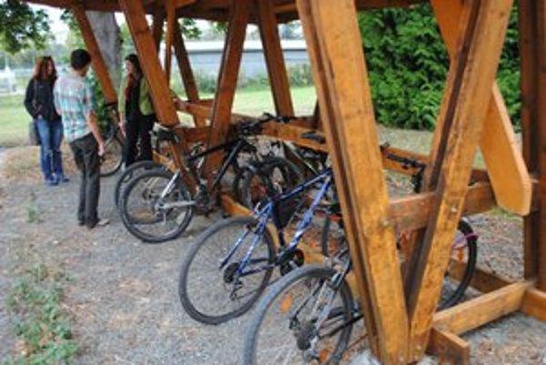 """Na """"dolnom"""" gymnáziu je bicyklov stále málo."""