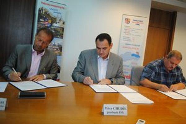 Signatári petície. J. R. Šmigalu (vpravo) podporili aj primátor so županom.
