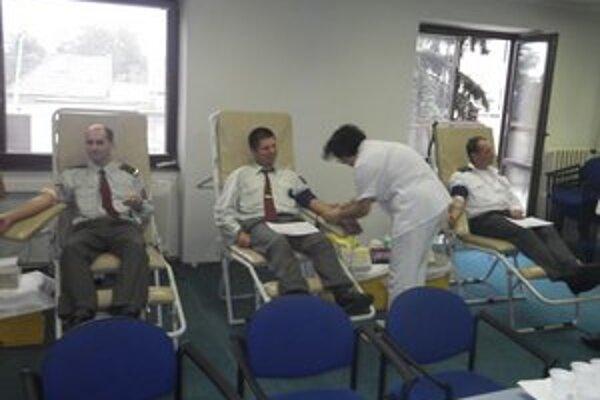 Policajti. Darovali krv.