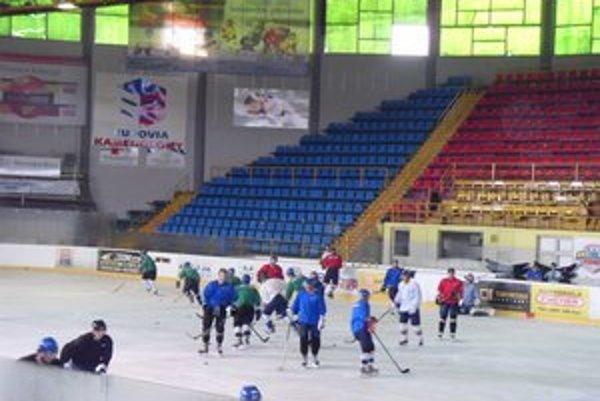 Mladí hokejisti. Tréningy musia prispôsobiť vyučovaniu v škole.