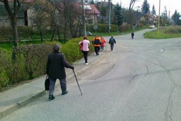Obyvatelia Terchovskej. K svojim domovom musia ísť kus cesty peši, nemajú spoj.