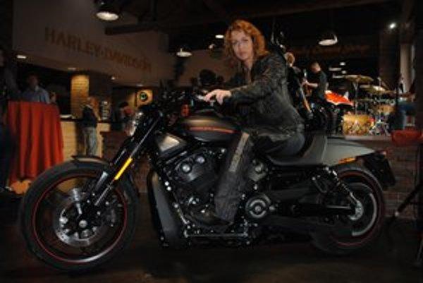 Lucia Kráľová si jazdu na motorke užíva.