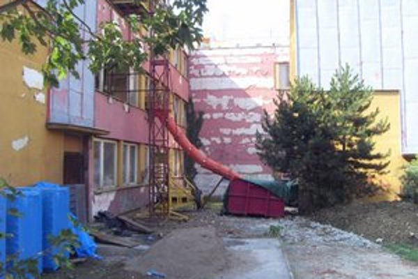 Opustená škôlka. Ešte v lete vyzerala takto, ale stavbári s obnovou exteriéru už končia.