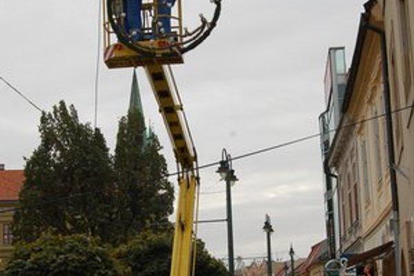 Inštalácia. Vianočnú výzdobu rozmiestňujú v Prešove postupne.