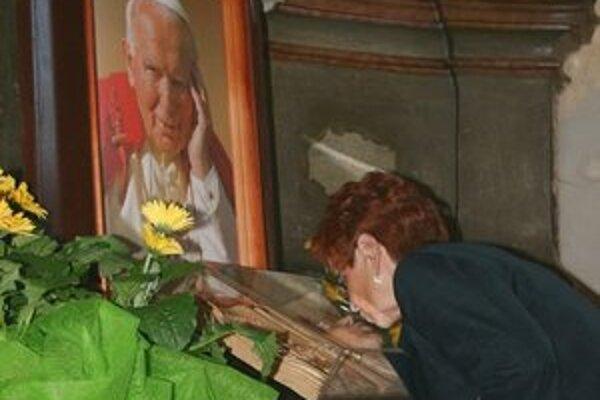 Vystavili vyše 200 relikvií. Veriaci sa môžu pri nich modliť litánie k všetkým svätým.