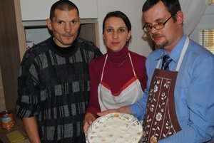 Prvý výtvor novej kuchyne. Tortu ukazujú (zľava) M. Kovaľský, sociálna pracovníčka M. Lipková a P. Pošivák.
