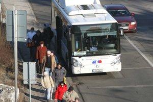 Autobusoví dopravcovia hlásia zatiaľ len dvojpercentný výpadok cestujúcich.