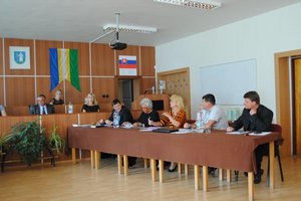 Mestské zastupiteľstvo. Odhlasovalo uznesenie o zámene katastrov aj odškodnenie.
