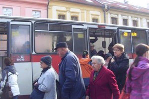 Mestská doprava. Dopravný podnik chce, aby obce za dopravu platili viac.