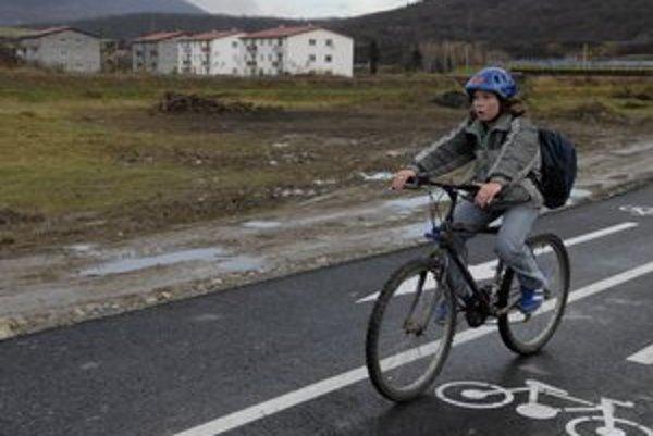Cyklochodník pri Prešove. Je z ABJ asfaltu, ktorý pri chodníkoch preferujú aj Košice.