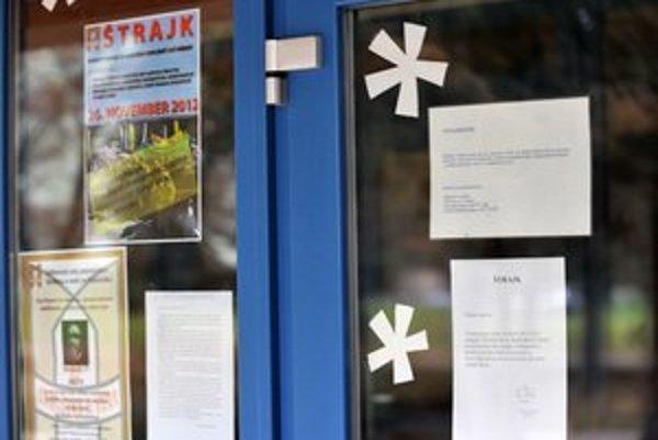 Zatvorené dvere jednej z prešovských škôl. Štrajkovalo sa.