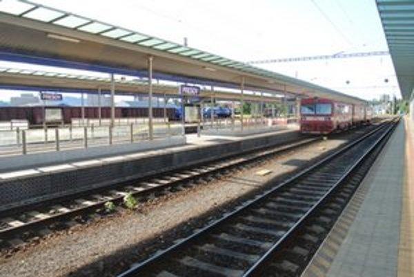 Stanica pustá. Vlakov jazdí pomenej.