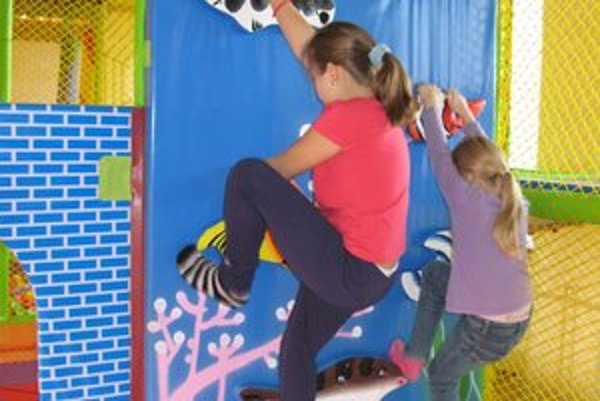 Simia. Na krytom ihrisku sú atrakcie pre deti od 0 do 13 rokov.