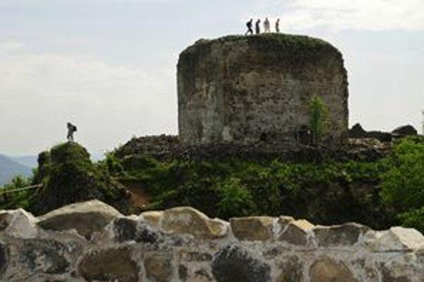 Šarišskému hradu dobrovoľníci vdychujú život.