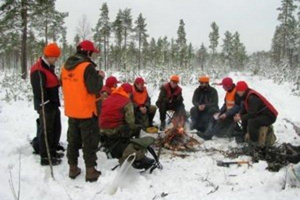 Budúci lesníci. Vykonávaním praxe získavajú cenné skúsenosti.