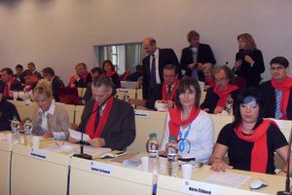 Poslanci zasadali s červenými šálmi na znak toho, že pracujú pre Prešovčanov.