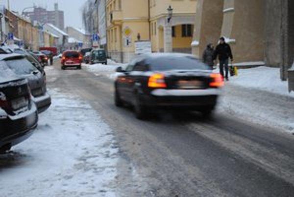 Prešovské cesty. Vodiči hromžili na kašovitú vrstvu snehu.