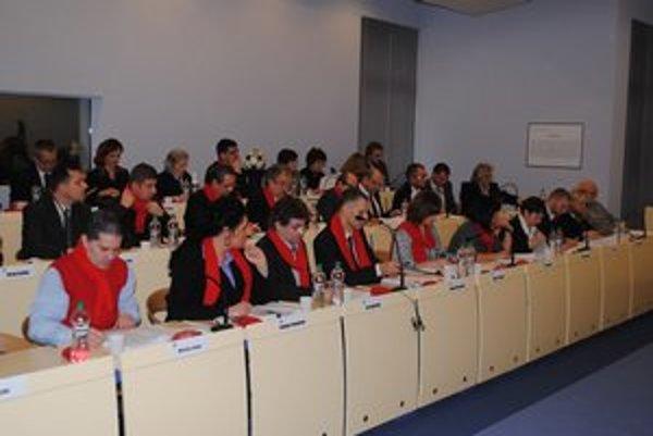 Poslanci opäť prišli s červenými šálmi.