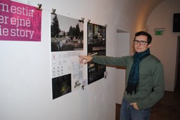 Rudolf Kozlai na výstave (medzi)mestských zásahov.