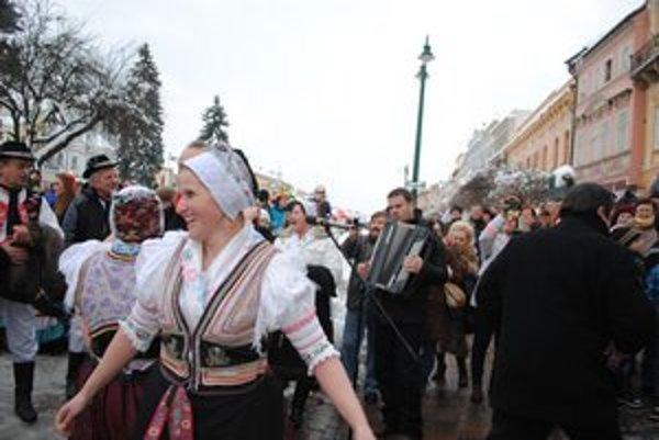 Fašiangovanie. Zišlo sa tu mnoho Prešovčanov i folklórnych súborov.