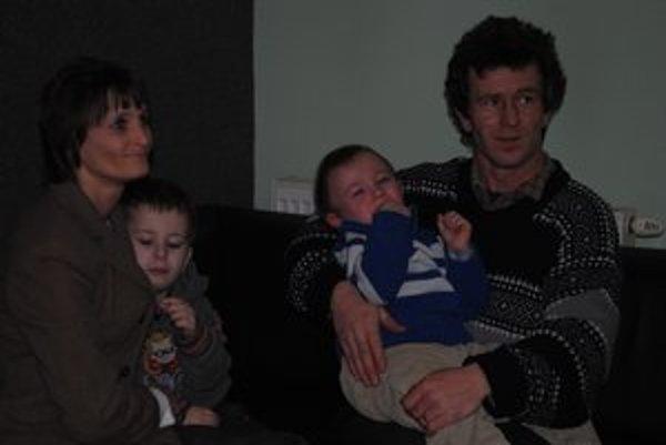 Rodina Kandríkovcov. Rodičia majú obe deti choré.