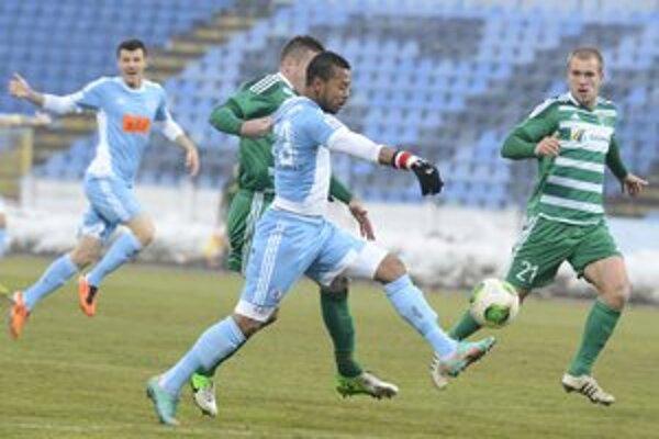 Patrik Jacko (vpravo) musel prehltnúť na Slovane trpkú porážku.
