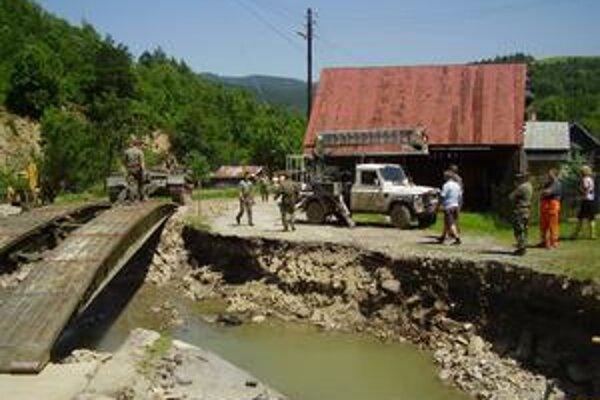 V Sulíne dostali ľudia po povodniach provizórny pontónový most.