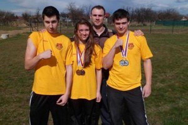 Úspešní. Zľava: Gabriel Daňko, Klaudia Líšková, tréner Gabriel Harčarik, Radovan Čontofalský.