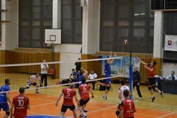 Momentka zo zápasu. Prešovčan Marcel Lux (v červenom) a jeho technický lob.