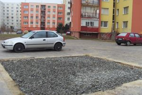 Karpatská ulica. Pieskovisko aj hojdačky zmizli, parkujú tam autá