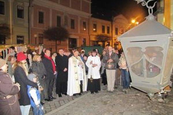 Skauti doniesli svetlo. Rozsvietli megalampáš v centre Prešova.